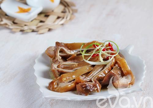 Tai heo và dạ dày om nước dừa