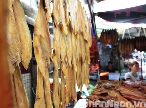 Chợ bán đặc sản cá sặc, lá sầu đâu… cực lạ ở TP.HCM
